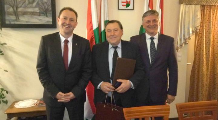 Varga Béla (középen) az emlékplakett átvétele után Magyarország Ungvári Főkonzulátusán