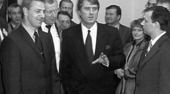 Orbán Viktor, Viktor Juscsenko és Kovács Miklós (felvételünkön jobbról balra) a KMKSZ Ung-parti székházában