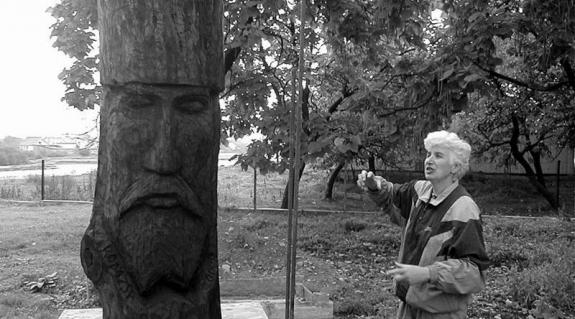 Babicsuk Júlia és a templomkertben készülő Romzsa-emlékmű