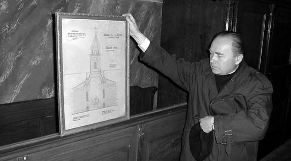 Bohán Béla atya a templom vázlatával