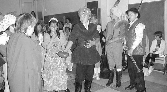 A Gyermekstúdió tagjai fellépés közben