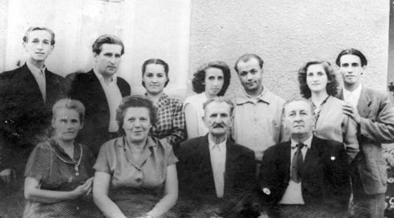 Az első sor jobb és bal szélén Gönczy Pál és felesége, a hátsó sorban gyermekeik láthatók