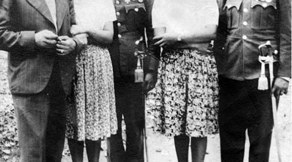 Egy felvétel a háborús időkből: Judit és férje (balról jobbra)