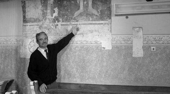 Józan Lajos a középkori freskók előtt
