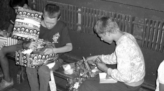 Az otthon lakói kicsomagolják az ajándékokat