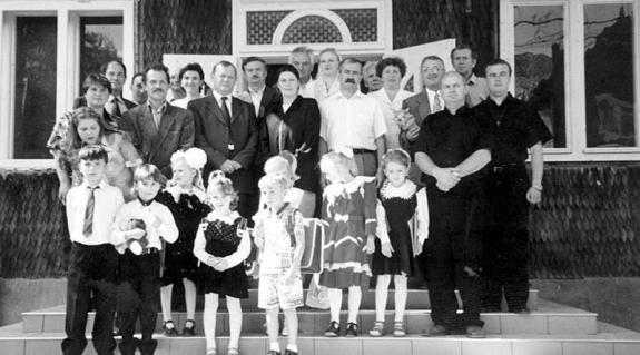 A magyar I. osztály szeptember 1-jei tanévnyitó ünnepsége: Illés Éva tanítónő (középen), kis tanítványai és vendégeik