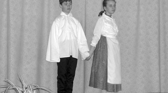 Az Aknaszlatinai Bolyai János Középiskola Nefelejcs táncegyüttesének kis csoportja