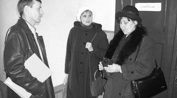 Tóth István , Himcsuk Katalin és Puka Éva a tárgyalóterem előtt