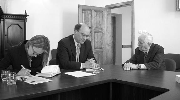 Casey Cristensen Mikola Meskóval, a menesztett munkácsi választási bizottság exelnökével tárgyal