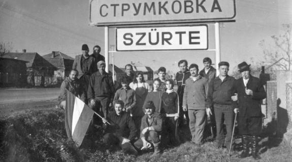A szürtei magyar helységnévtáblák felállítói 1989-ben