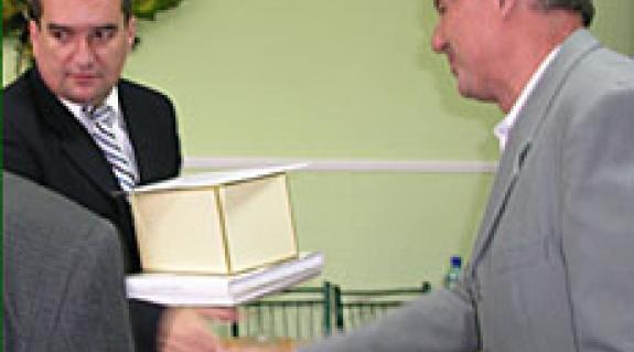 Brenzovics László, a KMKSZ alelnöke átveszi a díjat
