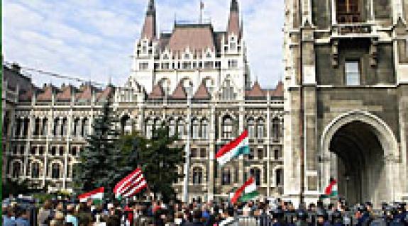 Békés tüntetők az Országház előtt