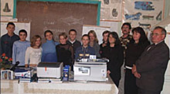 A Beregszászi Hivatásos Szolgáltatási Líceumban Riskó Márta KMPSZ-alelnök adta át a technikai felszerelést
