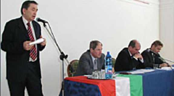 Csizmár Béla, a Beregszászi Járási Tanács elnöke, a KMKSZ BKSZ alelnöke; Milován Sándor megyei tanácsi képviselő, Brenzovics László, a megyei tanács alelnöke – mindketten a KMKSZ alelnökei; Kovács Miklós, a KMKSZ elnöke, a megyei tanács képviselője
