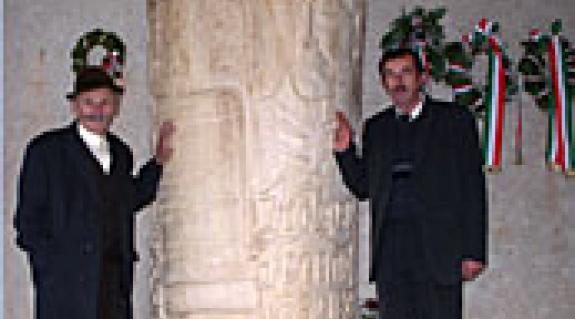 Felavatták a Kölcsey-emlékoszlopot (id. Sari József és az emlékmű alkotója, Balázs István)