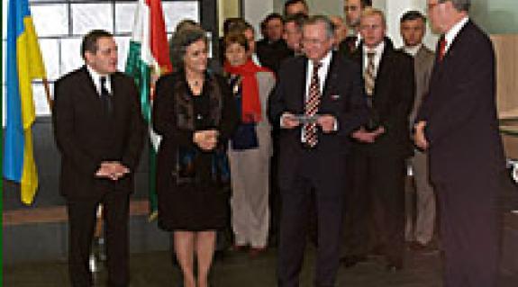 A magasrangú vendégek többek között az Ungvári Magyar Főkonzulátus új épületének átadásakor megtekintették az ez alkalomból megnyitott RIT-tárlatot