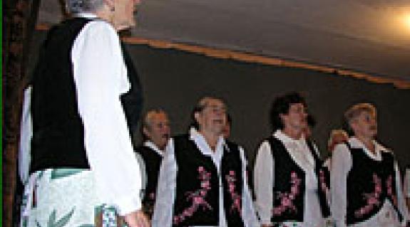 Demjén Ilona (balról) és a nyugdíjaskórus