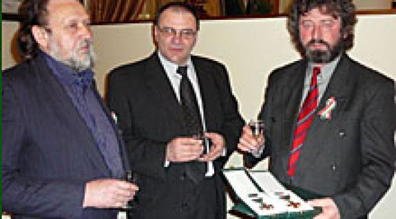 Képünkön: Benkő György (balról), Magyar László (jobbról) és aki gratulál, Erfán Ferenc képzőművész