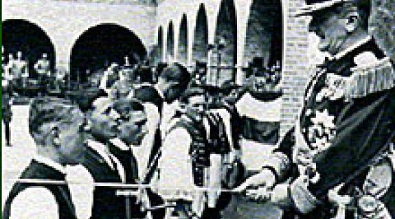 Horthy Miklós kormányzó vitézeket avat