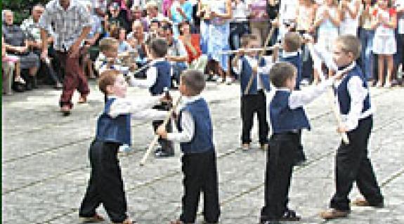 Csizmár Béla, a Beregszászi Járási Tanács elnöke köszönti Bótrágy község ünneplő közönségét a hagyományos falunap alkalmából.