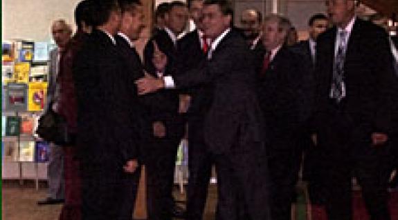 Képünkön Viktor Juscsenkót Kovács Miklós, a KMKSZ elnöke üdvözli