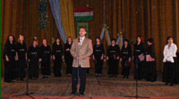 Kovács Miklós köszöntője. Háttérben a Bel Canto