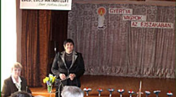 Dr. Orosz Ildikó, a KMPSZ elnök asszonya megnyitja a bátyúi vers- és prózamondó versenyt