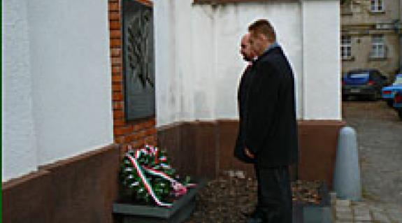 Tisztelgés az ungvári börtön falán levő '56-os emléktáblánál