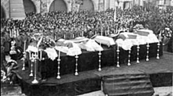 A városháza előtt felravatalozott magyar áldozatok