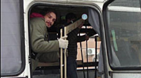 Igazi vándorszínész: rakodik a díjazott
