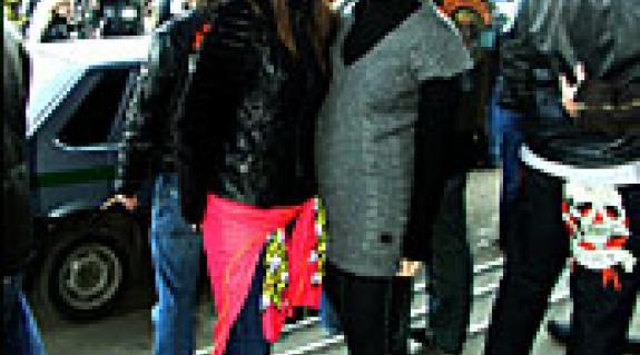 Zsenya Timosenko (jobbról) barátnőjével