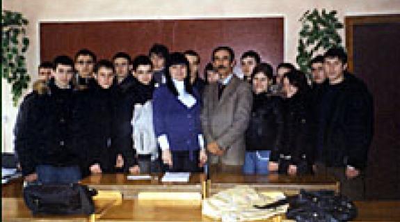 Krizsanyivszka Natalia szekcióvezető, Legeza Attila osztályfőnök és a tanfolyamon részt vevő magyar anyanyelvű diákok