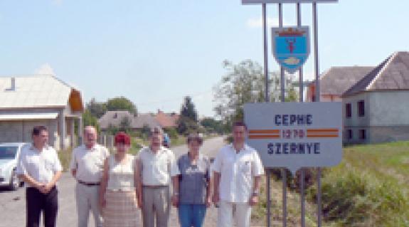 Szernyén és Barkaszón is átadták a KMKSZ által adományozott kétnyelvű falunévtáblát