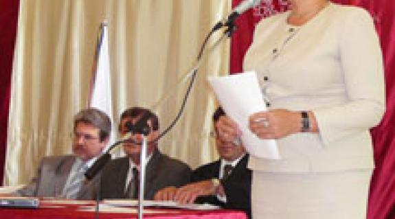Orosz Ildikó a tanévnyitón. Az asztalnál Gulácsy Géza, Berki Károly és Kész Barnabás