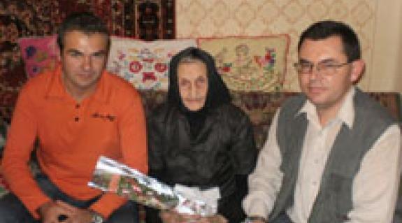 Sápi Zsolt református lelkész és Jakab Lajos családorvos Badaló legidősebb lakosával, a 99. éves Illés Ilonka nénivel