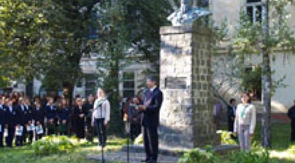 Kövér László, a Magyar Országgyűlés elnöke beszédet mond a nagyszőlősi Perényi-emlékműnél