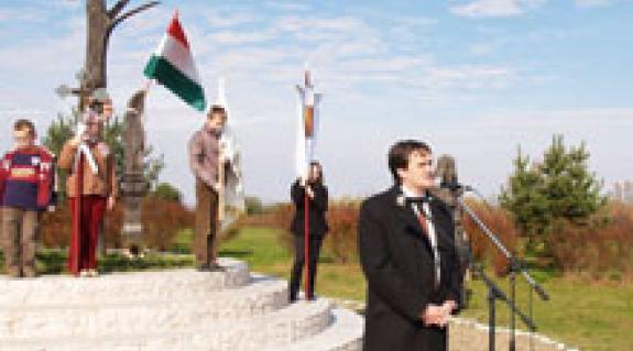 Seszták Oszkár, a Szabolcs-Szatmár-Bereg megyei közgyűlés elnöke a honfoglalási emlékműnél
