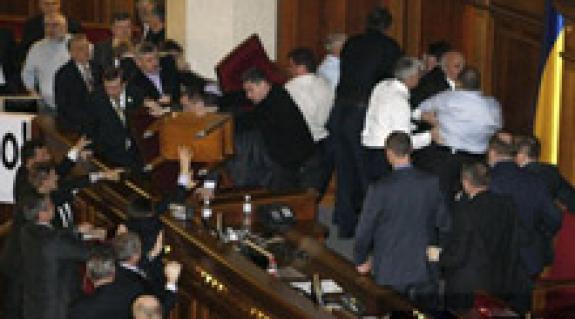 Nemcsak az ellenzékieken, a parlamentarizmuson is sebet ejtettek