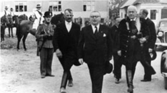 Jelenet az 1943-as országzászló-szentelésről. Az előtérben Antal István nemzetvédelmi és propagandaminiszter, Kovács Lajos viski bíró és az akkori máramarosi főispán társaságában