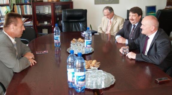 Kárpátaljai látogatása során Hende Csaba magyar honvédelmi miniszter a KMKSZ ungvári székházában találkozott Kovács Miklóssal, a Szövetség elnökével