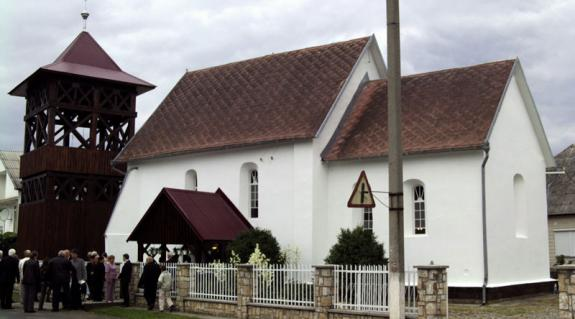 A tiszabökényi református templom az új haranglábbal