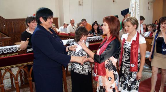 Dr. Orosz Ildikó gratulál a friss diplomásoknak