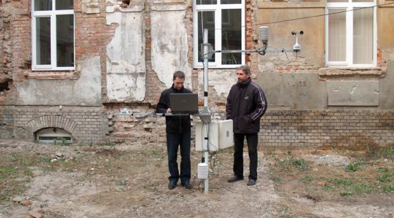 Hadnagy István és Molnár József a meteorológiai állomás mellett