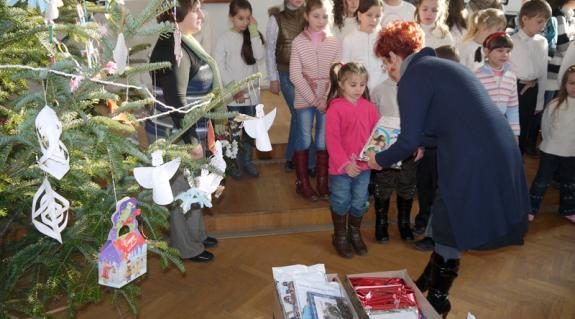 Wraukóné Lukács Ilona átadja az ajándékokat a gyerekeknek