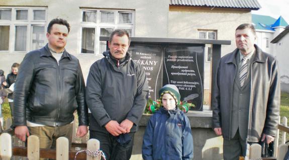 Gorondi Albert, Zékány János (unokájával) és Barta József az emlékmű előtt