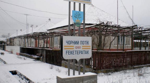 Feketepataki utcarészlet az új falunévtáblával