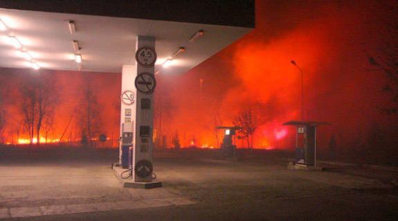 A tarlótűzek már a benzinkutakat is fenyegetik