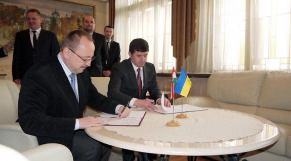 Németh Zsolt és Ivan Baloga aláírják a megállapodást