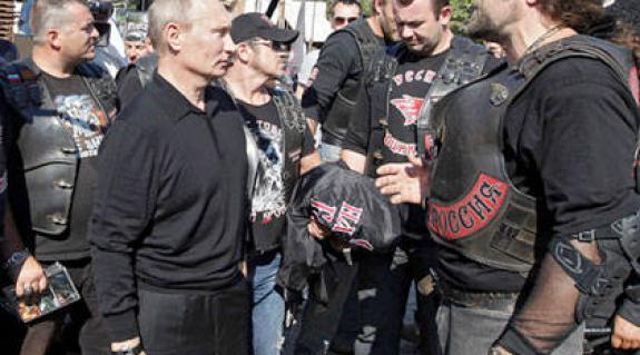 Putyin először a motorosokhoz látogatott