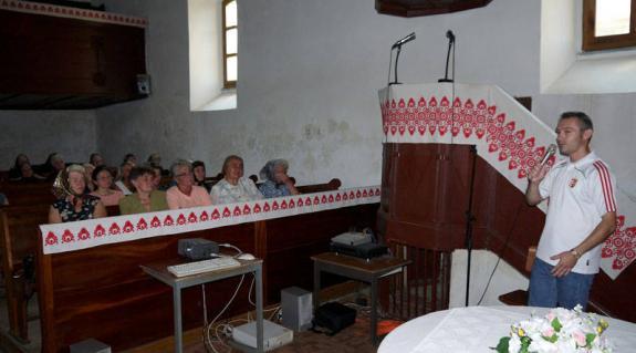 Hodossy Péter a szalókai templomban